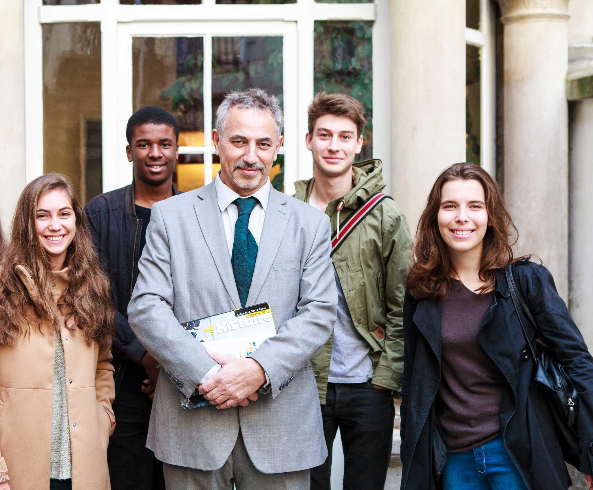 Photo groupe d'étudiants diplômés autour du directeur
